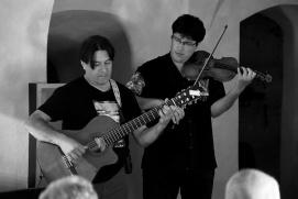 7_Miguel-Angel-voce-e-chitarra-e-il-figlio-Lautaro-Acosta-violino-mentre-suonano-una-canzone-tipicamente-sudamericana